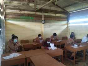 Warga Batu Teritip Bergotong Royong Membangun Sekolah kelas Jauh