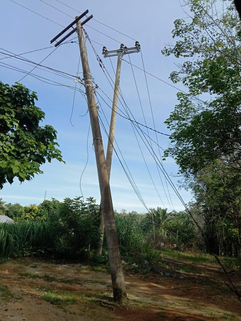 Unit Layanan PLN Pasir Pengaraian Akan Perbaiki Tiang Dan Kabel Yang Berserakan Di sekitar Lintas Rohul Dan Sosa
