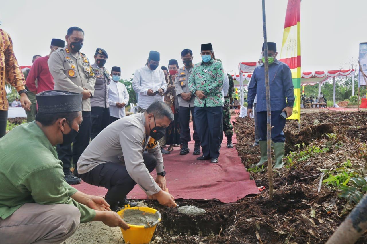 Kapolda Riau Letakkan Batu Pertama Pembangunan 2 Ponpes di Kabupaten Siak